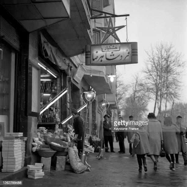 Magasin d'alimentation à Téhéran, Iran le 23 juillet 1964.