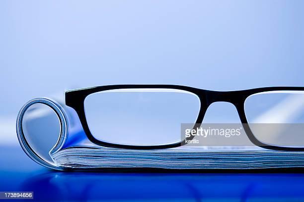revista y gafas - treats magazine fotografías e imágenes de stock