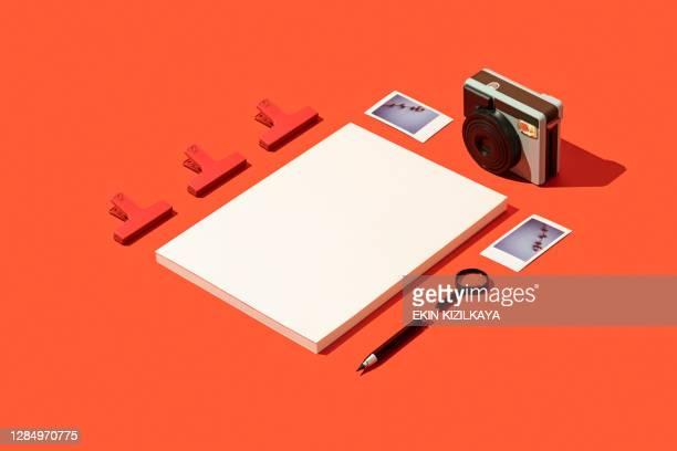雑誌カバーモックアップ、ポラロイドカメラとテンプレートと赤の背景にポラロイド写真 - 雑誌の表紙 ストックフォトと画像