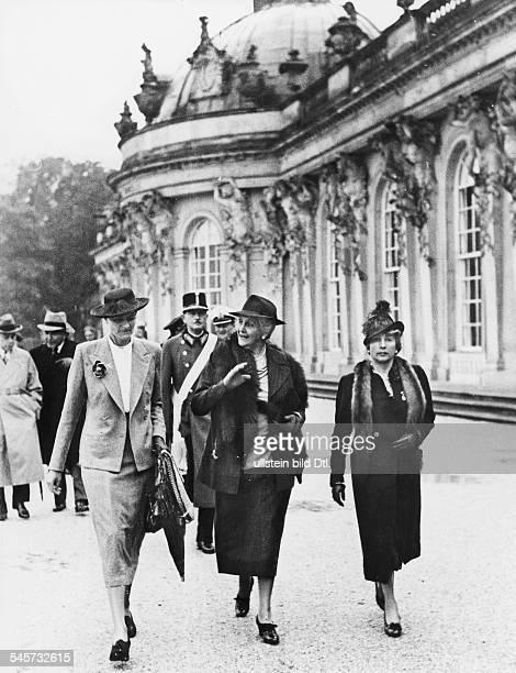 Magdolna Horthy von Nagybanya Ehefrau desungarischen Reichsverwesers bei einer Besichtigung der Parkanlagen von Schloss Sanssouci in Potsdam in ihrer...