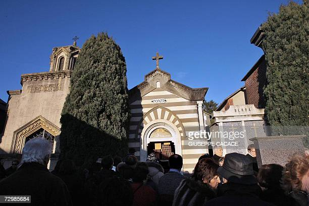 People pay tribute past the funeral chapel of Ponti's family were Carlo Ponti has been buried 12 January 2007 in the cemetery of Magenta a Northern...