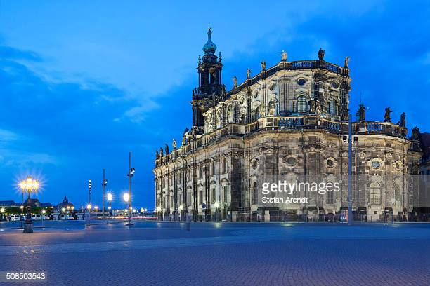magic hour, dusk, at hofkirche, catholic church of the royal court of saxony, kathedrale sanctissimae trinitatis, cathedral of the holy trinity, dresden, saxony, germany, europe - royal cathedral stock pictures, royalty-free photos & images