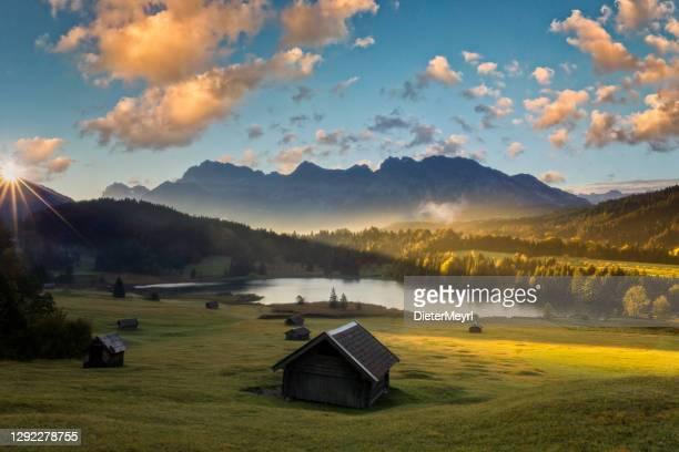 magic sunrise am geroldsee - blick auf den karwendel, garmisch partenkirchen - oberbayern stock-fotos und bilder