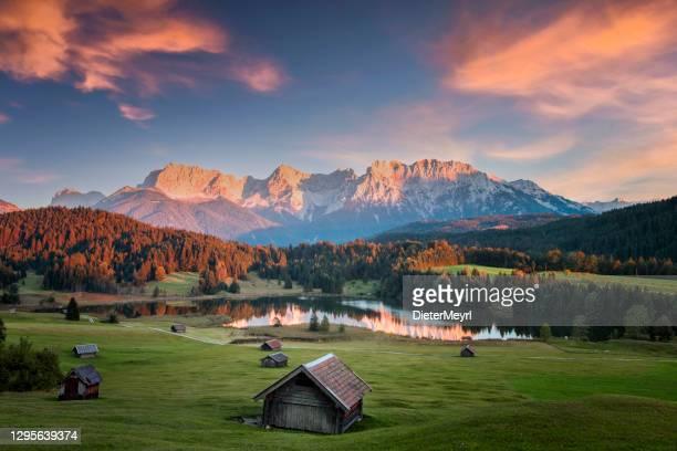 magischer sonnenuntergang am geroldsee - blick auf den karwendel, garmisch partenkirchen, alpen - oberbayern stock-fotos und bilder