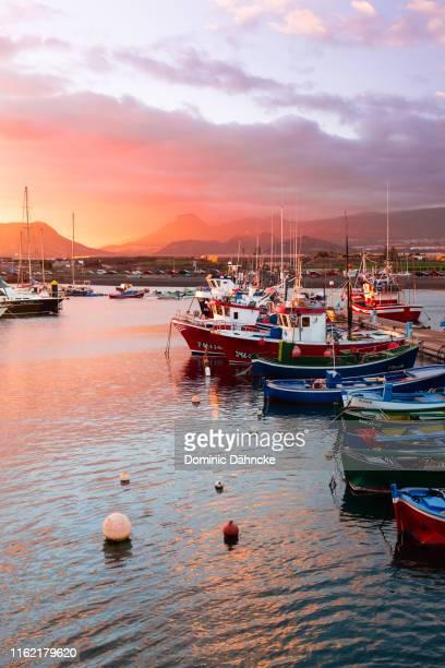 """magic sunset at """"las galletas"""" town, in arona district, south of tenerife (canary islands, spain) - dähncke fotografías e imágenes de stock"""