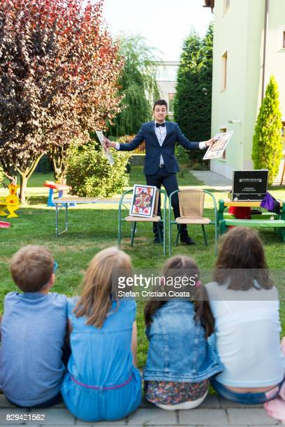 magician at birthday party - goochelaar stockfoto's en -beelden