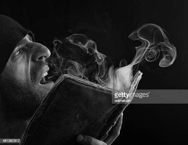 Magicien souffler de la fumée ower Livre antique