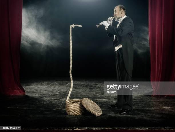 Zauberer tun Schlangenbeschwörer Trick mit Seil