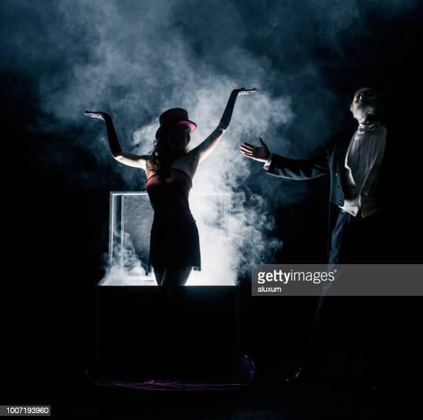 spectacle de magicien. truc de disparition - magician photos et images de collection