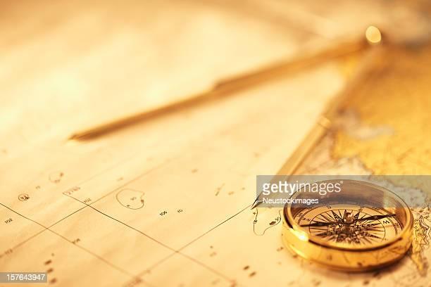 Aimantée et un compas sur une carte