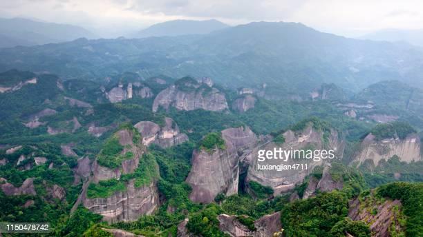 壮大な danxia 地形と山々 - 丹霞地形 ストックフォトと画像