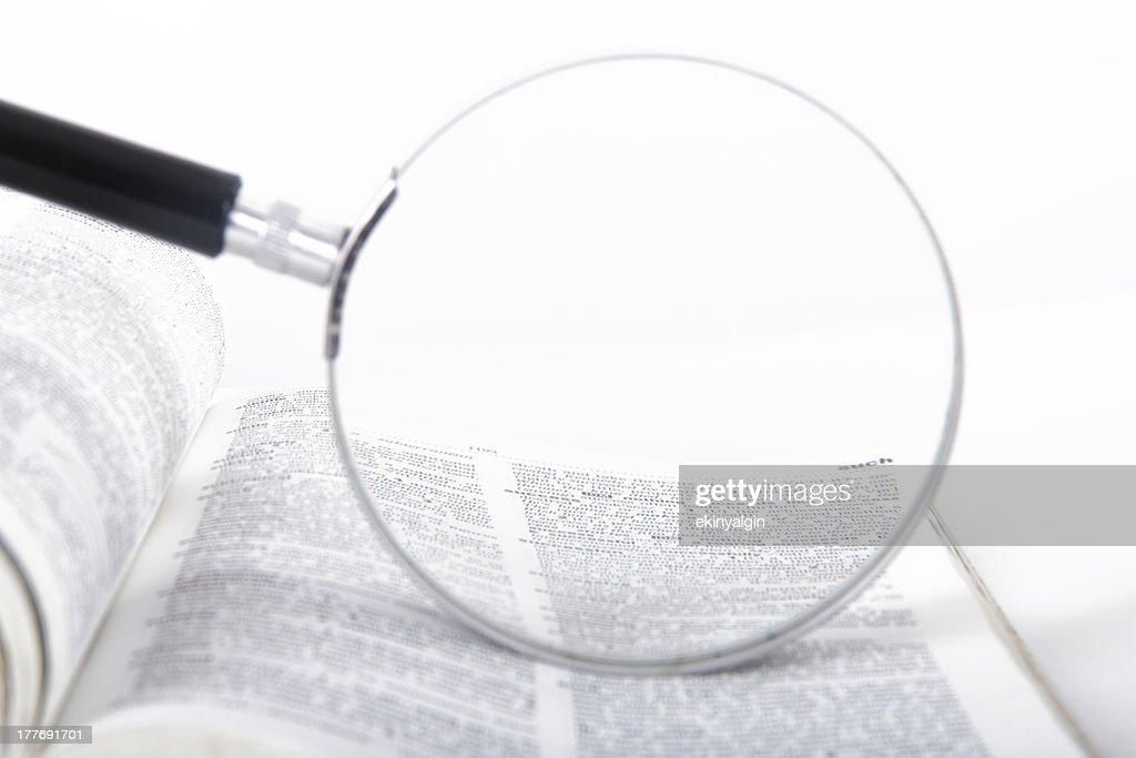 Lupe und Wörterbuch : Stock-Foto