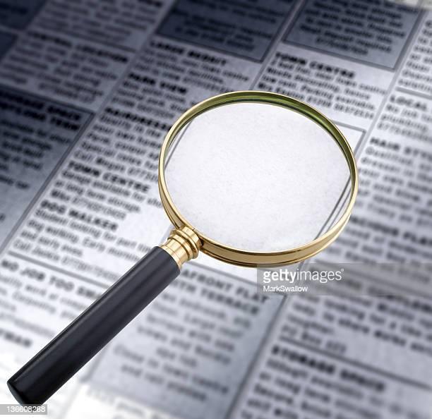 magnifying glass (マグニファインググラスと新聞 - クラシファイド広告 ストックフォトと画像