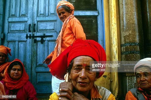Maha Kumbh Mela in HardwarIndienHinduistische weibliche Sadhus habensich versammelt März 1998