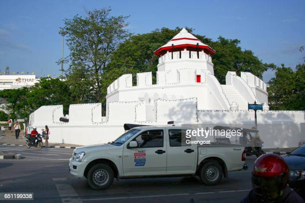 mahakan fort in bangkok - gwengoat stock pictures, royalty-free photos & images