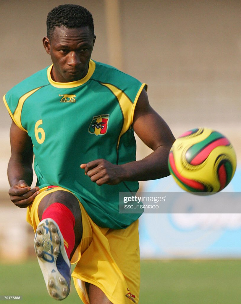 Mahamadou Diarra of the 'Aigles du Mali', the Malian national football team, controls a ball during a training session 23 January 2008 in Elmina Ghana for their 2008 African Cup of Nations.