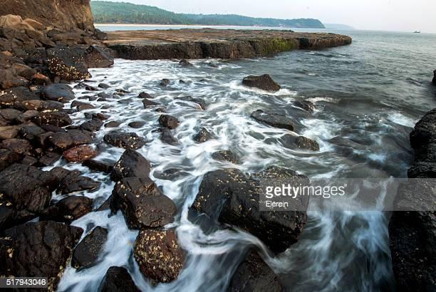 maharashtra sea beach, india - fischerdorf stock-fotos und bilder