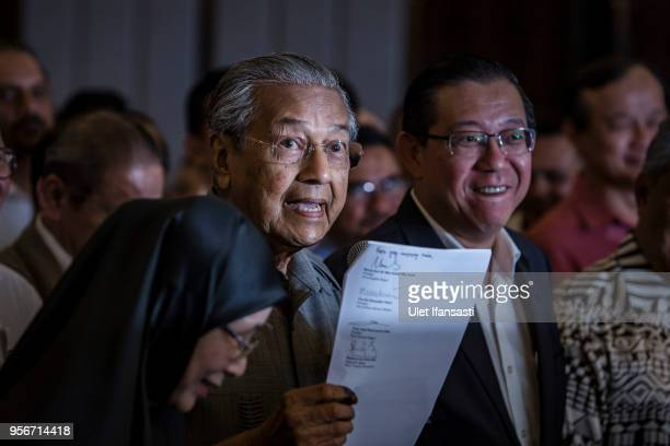 Mahathir Mohamad chairman of 'Pakatan Harapan' holds document during press conference following the 14th general election on May 10 2018 in Kuala...