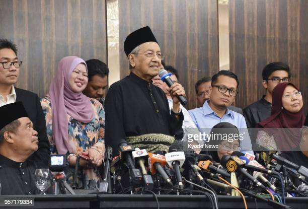 Mahathir Mohamad holds a press conference after being sworn in as prime minister in a suburb of Kuala Lumpur Malaysia on May 10 2018 The 92yearold...