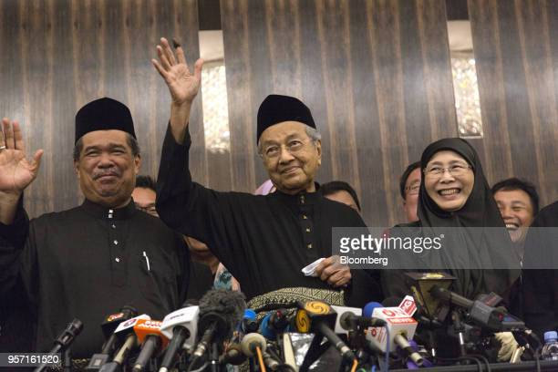 Mahathir Mohamad Malaysia's prime minister center waves during a news conference in Kuala Lumpur Malaysia on Thursday May 10 2018 Mohamadofficially...