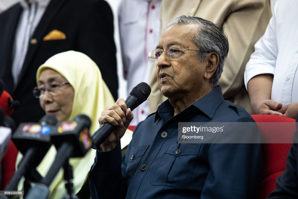 Mahathir Mohamad, Malaysia's prime minister, right, speaks during a news conference in Selangor, Malaysia, on Thursday, May 17, 2018. Malaysian police seized personal items from former leaderNajib Razaks house in an overnight search, his lawyer said, as Mahathirs week-old government seeks evidence into wrongdoing at state fund 1MDB. Photographer: Sanjit Das/Bloomberg via Getty Images