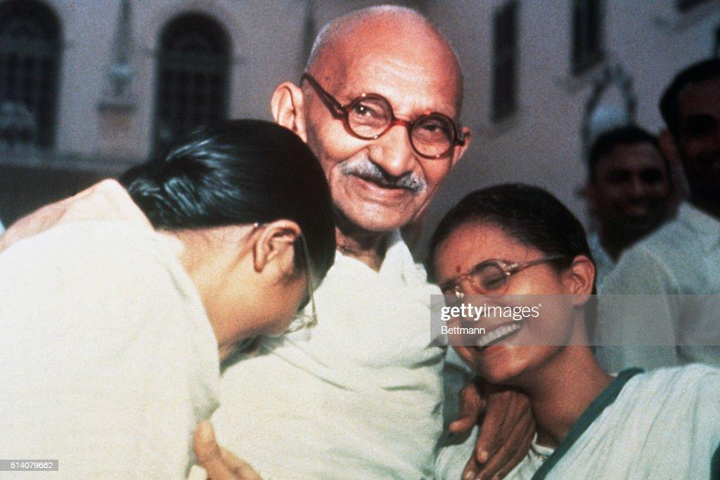 Mahatma Gandhi Laughing with Granddaughters : Fotografía de noticias