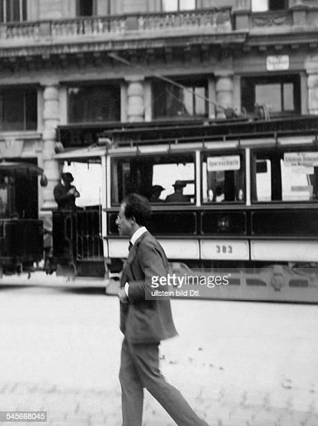 Mahler Gustav *07071860Komponist Dirigent Oesterreich beim Operntheater Buhnentuerl in Wien 1906