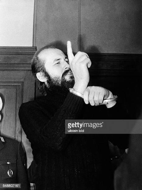 Mahler, Horst - Jurist, Lawyer, D *- Portrait, protesting against his handcuffs - 1971 - Photographer: Heinrich von der Becke - Published in: 'B.Z.';...