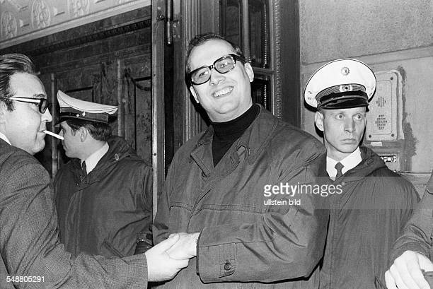 Mahler, Horst - Jurist, Lawyer, D *- Portrait with some policemen - about 1969 - Published in: 'B.Z.'; Vintage property of ullstein bild
