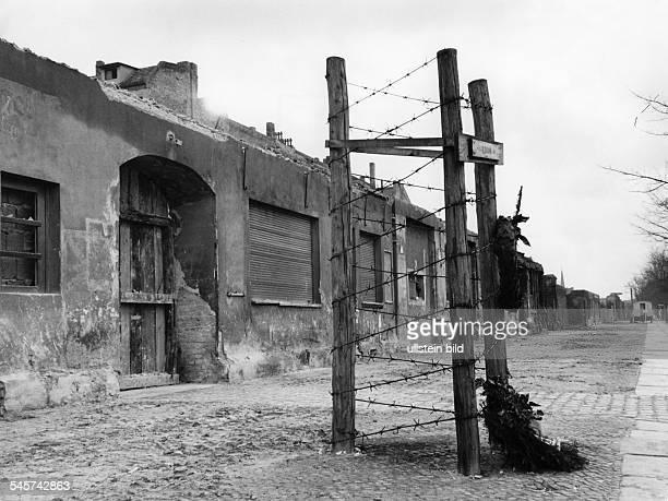 Mahnmal für die an der Mauer umgekommeneIda Siekmann an der Bernauer Strassenach Beginn des Abrisses der an die Mauerangrenzenden Häuser