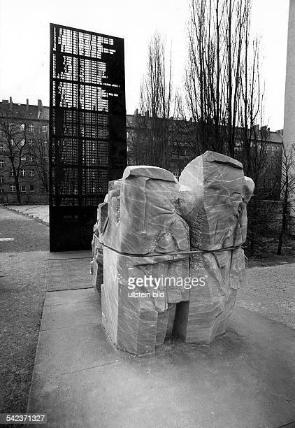 Mahnmal für die Opfer der Judenverfolgungund der Deportationen am ehemaligenStandort der Synagoge an derLevetzowstrasse; die Bildhauer undArchitekten...