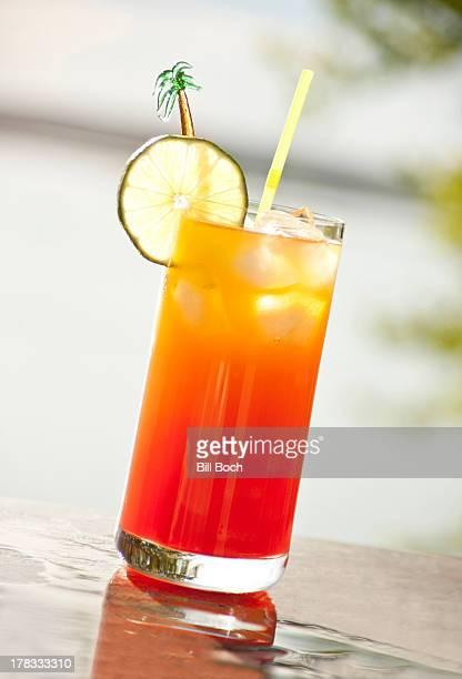 mai tai cocktail in outside tropical setting - mai tai fotografías e imágenes de stock