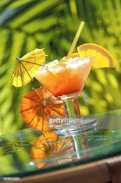 mai tai cocktail with cocktail umbrellas - mai tai fotografías e imágenes de stock