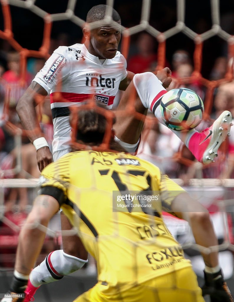 Maicosuel (R) of Sao Paulo vies for the ball with goalkeeper Cassio of Corinthians during the match between Sao Paulo and Corinthians for the Brasileirao Series A 2017 at Morumbi Stadium on September 24, 2017 in Sao Paulo, Brazil.