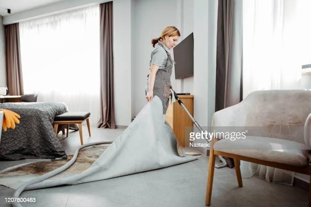 カーペットの下でメイド掃除機のホテルの部屋 - メイド ストックフォトと画像