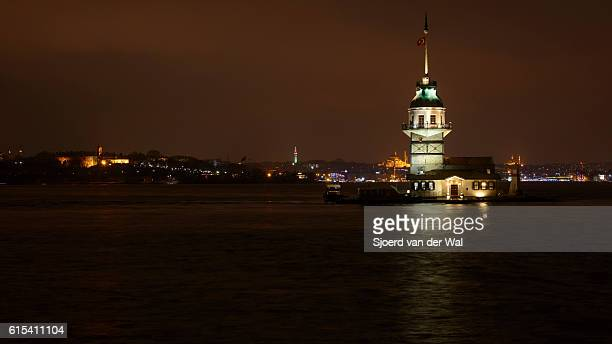 "maiden's tower or leander's tower in istanbul at night. - ""sjoerd van der wal"" imagens e fotografias de stock"