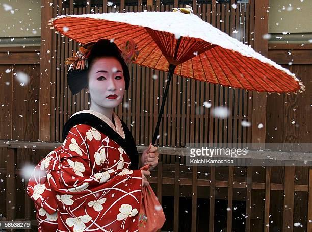 Maiko a traditional Japanese dancer walks in the snow in Gion Kyoto's famous geisha district January 7 2006 in Kyoto Japan The ancient city Kyoto...