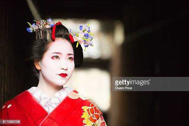 maiko emerging into the light gion kyoto - geisha photos et images de collection