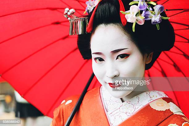 fille portrait maiko - geisha photos et images de collection