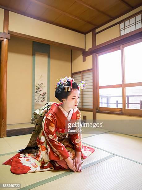 maiko chica sentada en esteras de tatami para bienvenida - quimono fotografías e imágenes de stock