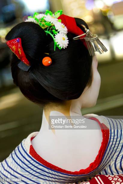 maiko walking in the streets of gion, kyoto, japan. - christian beirle gonzález stock-fotos und bilder