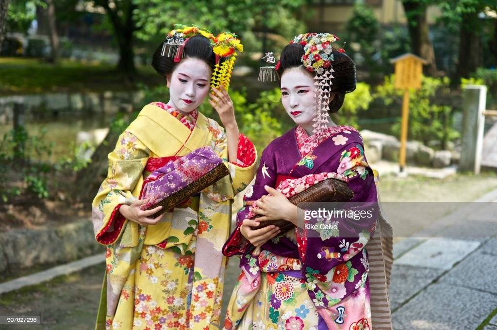 maiko with the traditional nihongami hairstyle and dangling kanzashi