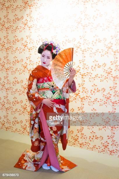 Maiko Frau tanzt auf der Bühne