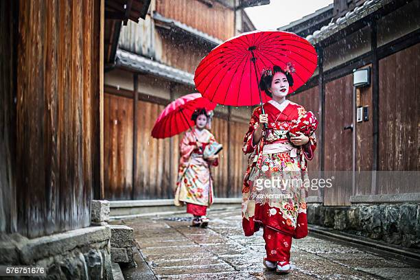 maikos walking in the streets of kyoto - geisha photos et images de collection