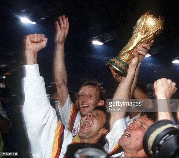 Mailand, 08.07.90, DEUTSCHLAND FUSSBALLWELTMEISTER 1990, Andreas BREHME/Pierre LITTBARSKI/Lothar MATTHAEUS mit WM Pokal/Cup