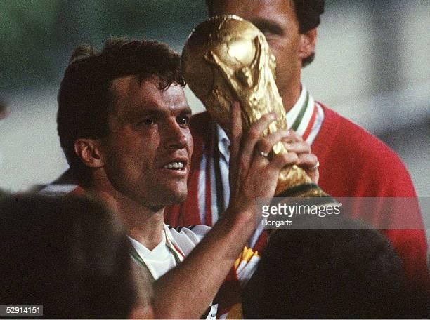 Mailand 080790 DEUTSCHLAND FUSSBALLWELTMEISTER 1990/DEUTSCHLAND WELTMEISTER 1990 Lothar MATTHAEUS kuesst den WM Pokal/Cup