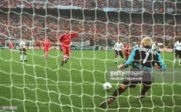 LEAGUE 00/01 FINALE Mailand FC BAYERN MUENCHEN FC VALENCIA 65 nE TORWART Santiago CANIZARES/VALENCIA haelt den Elfmeter von Mehmet SCHOLL/BAYERN