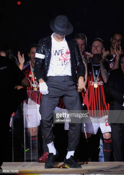 FUSSBALL AC Mailand ist italienischer Meister 2010/2011 Kevin Prince Boateng zeigt den Moonwalk von Michael Jackson auf der Meisterfeier