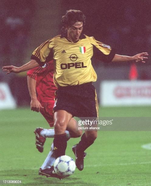 Mailands Mittelfeldspieler Demetrio Albertini versucht den Ball vor einem Leverkusener Gegenspieler abzuschirmen. Der italienische Fußballmeister AC...