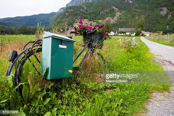 mailbox on bicycle in rural norway - marco cristofori fotografías e imágenes de stock